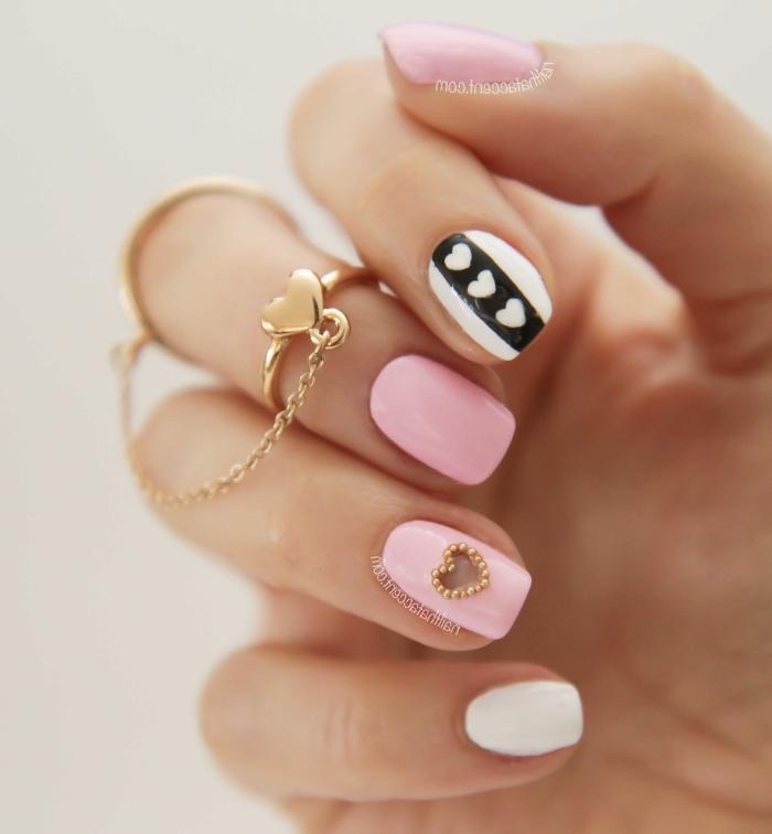 quelle manucure choisir pour la fête de la Saint Valentin, ongle manicure rose pastel avec petit coeur en strass dorés