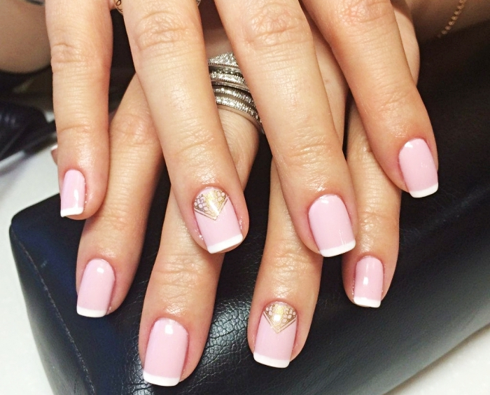idée pour ongle en gel peint en rose, version de la manucure française en base rose et déco en or