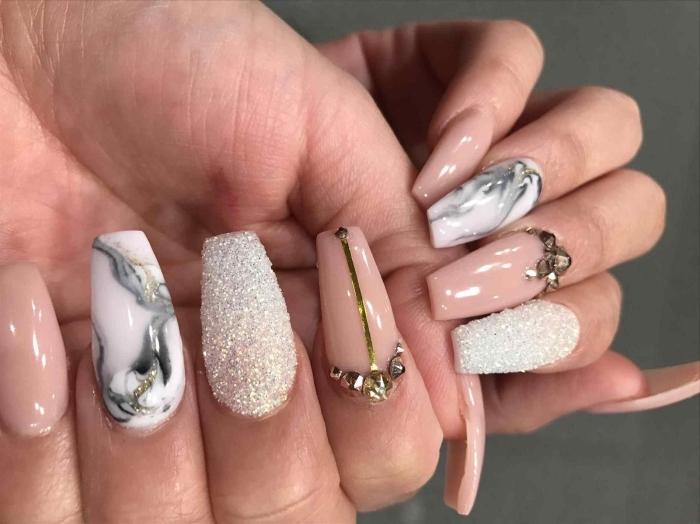 manucure avec faux ongles gel à design marbre blanc et gris, ongles acryliques nude avec strass dorés