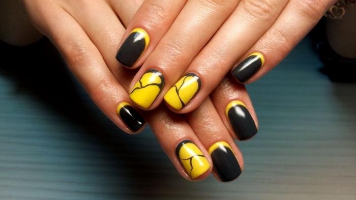 ongles mi-longs peints en noir et jaune avec déco à design marbre, ongle manicure mi-longs et noirs